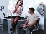 La secretaria tiene sexo con el becario, un joven adolescente - Folladas