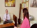 Sara Jay en el despacho complaciendo a su nuevo jefe
