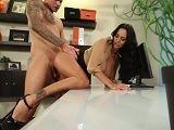 El jefe le da la bienvenida a su nueva secretaria con un polvo - Actrices Porno