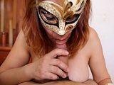 Pelirroja amateur con máscara follando en un vídeo POV