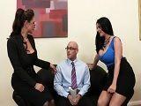 En su primera entrevista ya se está follando a sus jefas - Sexo Duro