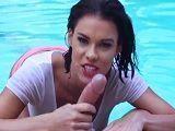 Peta Jensen baja a la piscina y marca todos los pezones - Redtube