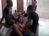 La fiesta con estas prostitutas acaba en una buena orgía - Orgias Porno