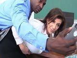 Sara Jay se acaba follando al profesor de sus hijos en clase - XXX Gratis