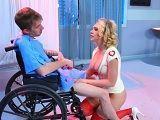 La enfermera va a contentar al joven paciente Danny D - XXX Gratis