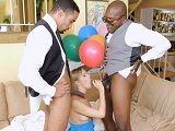 Vaya regalo le doy a mi mujer, dos negros para ella sola - XXX Gratis