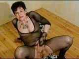 Abuela viciosa masturbándose con dos grandes dildos