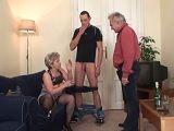 Hijo y marido se follan a esta mujer tan viciosa, joder!