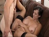 La madre de su colega le seduce para que se la folle