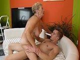 La vieja está arrugada pero como folla con su joven nieto - Abuelas