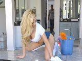 La empleada del hogar pone cachondo al hombre de casa - Folladas