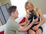 El chaval le toca las tetas a su madre y encima le gusta!! - Incesto