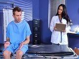 La doctora quiere ver desnudo a este joven paciente