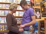 La vieja se pone caliente con el vendedor de películas  - Abuelas