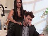 Asa Akira le da un masaje a su jefe y acaba follando con él - Asiaticas