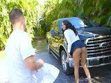 La vecina se pone a lavar su coche en tanga, vaya perra! - Morenas