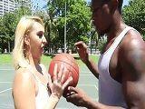 Estaba jugando al basquet cuando ha visto a este negro.. - Interracial