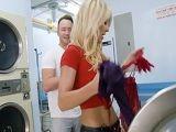 Coincido con una chica muy cerda en la lavandería