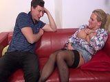 Pero que cachonda se pone mamá conmigo en el sofá - Incesto