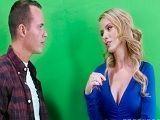La presentadora de televisión, tontea con uno de los cámaras - Rubias