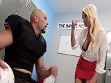 El jugador se folla en el vestuario a la mujer del entrenador - Tetas Grandes
