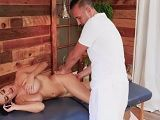 Si te desnudas frente al masajista es porque quiere rabo.. - HD
