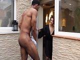 El vecino se presenta semi desnudo en casa, que querrá? - Españolas