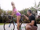 Veo a la vecina montada en la bici, se mete todo el sillín.. - Rubias